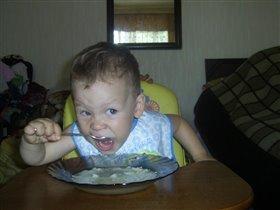 Я как маленький хищник-беспощаден к еде!!!