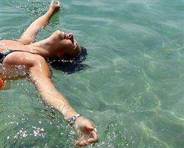 А я люблю загорать в воде!