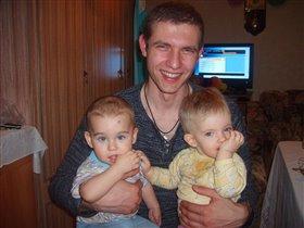 Папа со своими малышами
