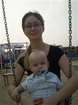 На качелях с мамочкой :)