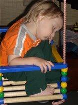 Малыш уснул на качеле!
