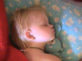 Лизочка спит с любимым Крошем.