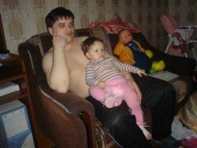 Папа с дочей смотрят мультики