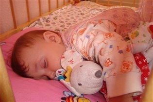 Сладко спит!