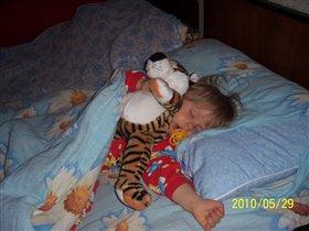 Мы спим: я и мой друг- тигр.