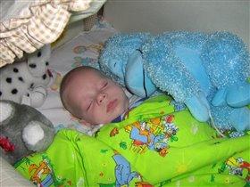 Спят усталые игрушки: и мартышка, и Ванюшка