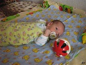 Ванечка учится играть в мяч