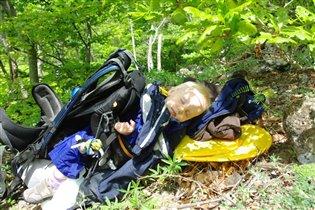 Спит Маришка в рюкзаке, ну а Ослик на шнурке