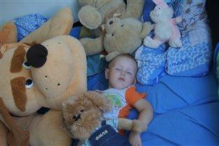 Спят усталые игрушки и усталые Илюшки!!!