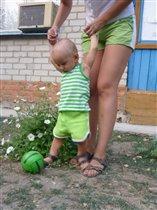 А меня мама учит в футбол играть!