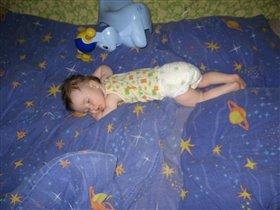 Даже спим в одной позе.)
