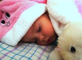 Зайка охраняет сон ляльки :)