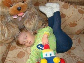 Спим без задних ног, зато с любимыми игрушками.