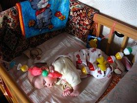 Спит дочурка с погремушкой...:)