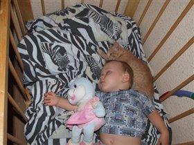 спят усталые малышки и игрушки и котятки))