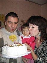 Годовасие Кати .Мама  и папа помогают задувать...