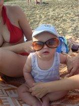 В первый раз на пляже, солнце слепит!