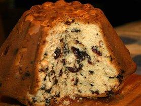 Шафранный кекс с клюквой, шоколадом и миндалем