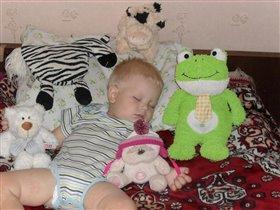 Спят со мной усталые игрушки.