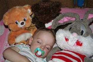 Спит Ромашка на игрушках!
