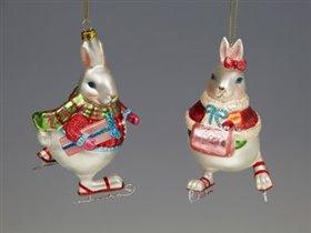 Кролик на коньках с подарком