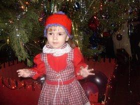 Красная шапочка танцует для Деда Мороза