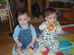 Артёмка и Олежка со своими любимыми погремушками