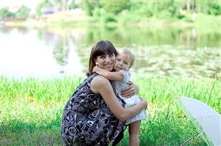 с мамочкой гуляем - друг друга обнимаем!
