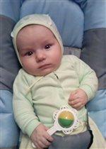 маленький Славик с погремушкой