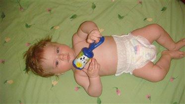 Артемка с любимой погремушкой(4,5 месяца)