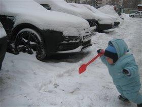 Василий пошел чистить снег с машины