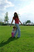 С мамой весело гулять, маму надо подгонять