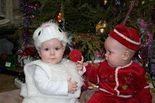 Вадик и Олежка под елкой