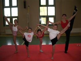Мы на тренировке по гимнастике и акробатике!!!