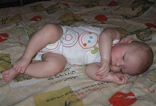На бочок малыш ложится, сладкий сон ему приснится!