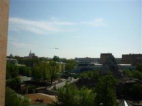 Самолеты летят на парад. Вовремя вышла на балкон