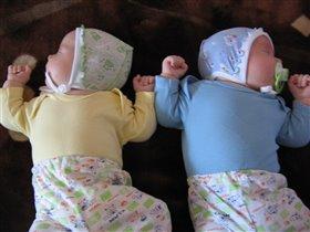 Спят усталые сынишки