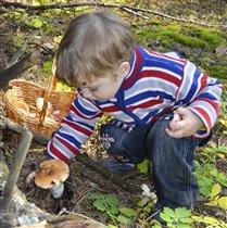 Я познаю мир! Мой первый грибочек!!!