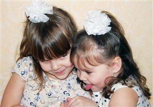 Две сестры-болтушки, лучшие подружки...