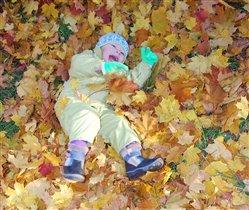 Весело валяться в листочках!
