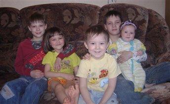 Слева направо: Светозар, Ярослава, Яша, Ян, Есения