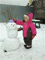 Хоть сама невелика, а слеплю Снеговика