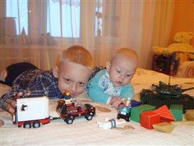 Мы с братиком часто играем в Лего!