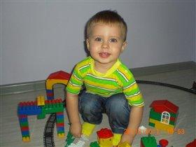 Даниил 1,5 года играет в конструктор