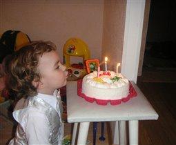 Витаська задувает свечи на торте