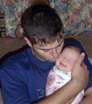 Моя первая улыбка от папиного поцелуя*-)))