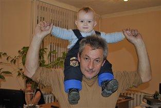 Лева с дедом танцуют.