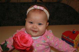 Скромная улыбка... будущей женщины