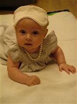 Маленькая женщина в жемчугах