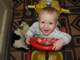 С кошкой я катаюсь и непременно улыбаюсь!